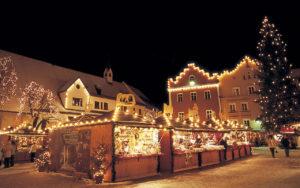 Sterzing war einst eine ber¸hmte Handelsstadt. Im Winter fasziniert der mittelalterliche Stadtkern mit seinem beschaulichen Weihnachtsmarkt.